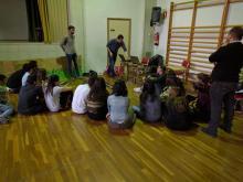 Alumnes de 4t escoltant la part més teòrica del taller